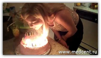 Блондинка нелепо задувает свечи