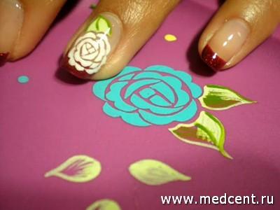 Белый пион на ногтях