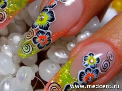Разноцветные цветы на ногтях
