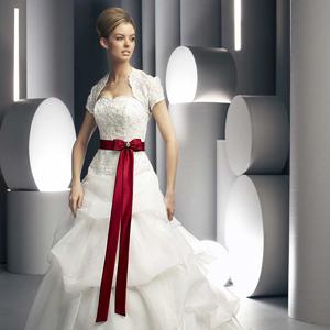 Сегодня вы выбираете фасон белого свадебного платья с красным